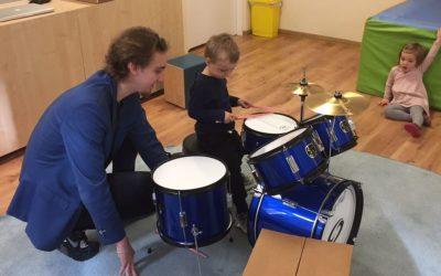 Warsztaty perkusyjne w przedszkolu Jeżyki